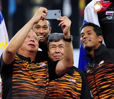 首相纳吉与凯鲁哈菲兹(后)、雪兰莪州苏丹沙拉夫丁殿下(右2)以及当天马球赛获胜的青体部长凯里在颁奖台前合影。