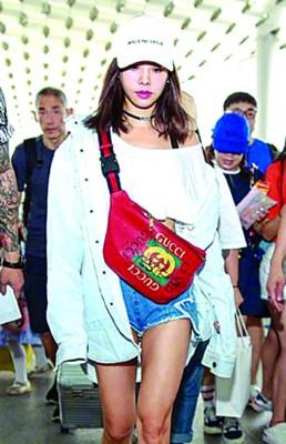 蔡依林、锦荣被网友发现同秀背情侣包照片。