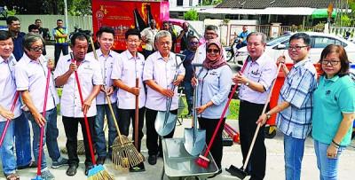 麦慕娜(右4)跟黄泉安(右2从)和罗兴强以市议员张君仪陪下,移交清理工具予义香花园社委代表。