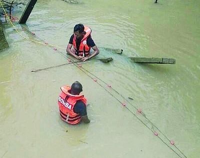 消拯人员在接获投报后赶往现场展开搜救行动。