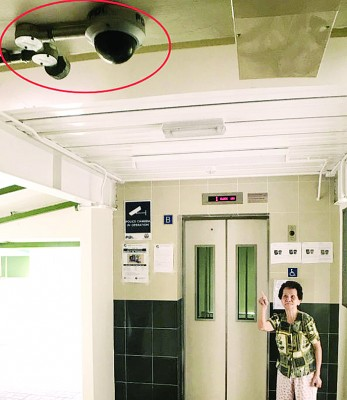 八旬老妇杨阿玲向记者绘述被抢走金链的过程。