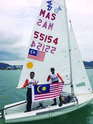 乌再尔阿敏和纳克艾曼庆祝卫冕东运帆船金牌。