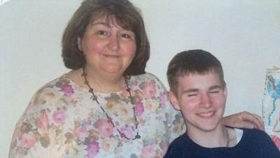 迪伦(右)自小与母亲过着紧绌的生活,令他很早已有置业梦。
