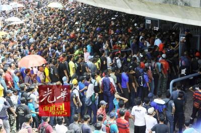 莎阿南体育场的售票柜台人潮汹涌。