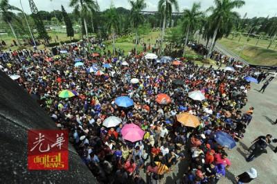 数以千计的球迷在烈日下排队买票。