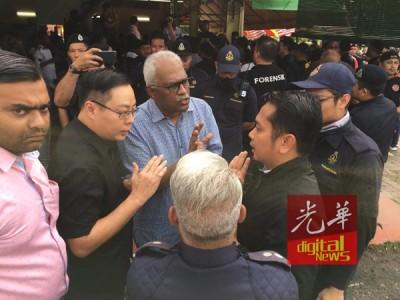 执法人员与当地议员协调周旋,要求暂缓拆除行动。