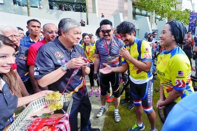 阿末扎希主持2017年环马来西亚公路自行车赛推介仪式,连发表纪念品予著名参与者。