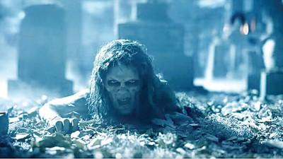 泰勒丝变成活尸从坟墓中爬出。