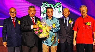 陈友豪(左2起)颁发水果礼篮予蔡树民。左起为马规馨、黄赐兴和蔡细历。