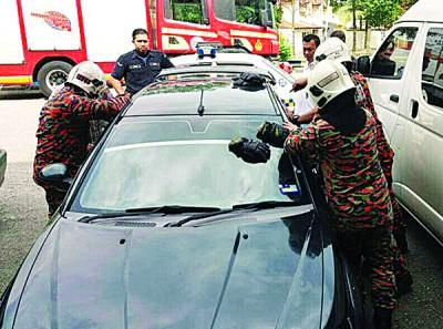 4名消拯员前往支援,用专业开锁用具把车门打开。