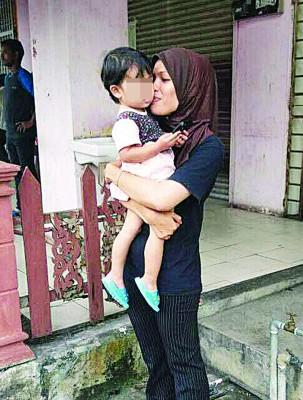 妇女见女儿无恙,才放下心头大石,并抱起女儿亲吻女儿小脸蛋。