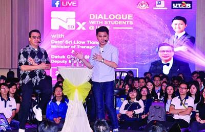 廖中莱(左起)和张盛闻聆听拉曼大学生对国家未来发展的意见。
