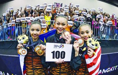 官狄雯(中)、郭雪嫣(左)和伊莎相继为大马拿下4个韵律操单项赛金牌,一举帮东道主队冲至百金,观众也纷纷举牌庆祝。
