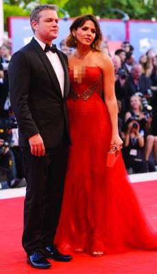 麦迪文的老婆穿着性感爆乳礼服,他都忍不住多看老婆几眼。