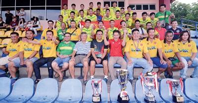 刘汉操及副会长蔡程学带领士气高昂的吉打州华人足球队在捧杯后欢欣合影。