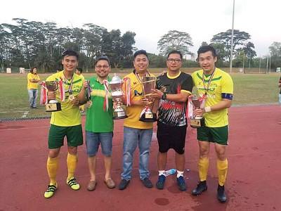 左起最有价值球员刘汉雄、秘书许荣泉、副会长蔡程学、教练黄和元、及最佳进球奖得主陈扬威。