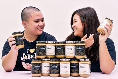 """吴良浩(左起)及郑芷晴在获取""""一个马来西亚华裔贩商基金""""贷款后,有更足够的资金开设小厂房。"""