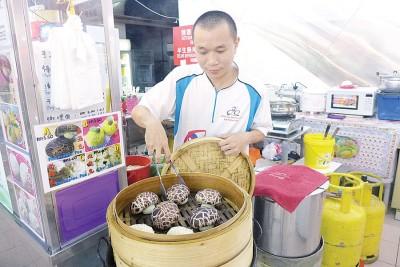 黄金友成功申请一个马来西亚华裔贩商基金,不仅扩充营业,也提供高品质食品,让自己的收入增倍。