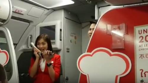 亚洲航空早前一班航班延迟起飞,幸一名醒明空姐,即场在乘客面前高歌,用歌声化解乘客的怒气。