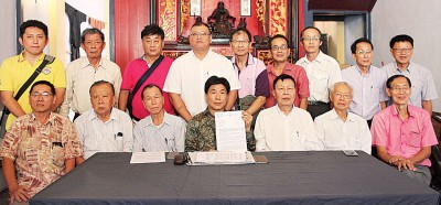 胡美灶(左起)、王德钦、林宗逸、张威如、杨清辉、林民利、陈芳保及理事出席上述记者会。