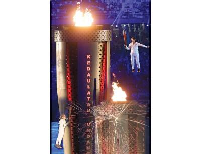我国跳水新星努达比塔在璀璨烟花映照下,让东运圣火熊熊燃烧。