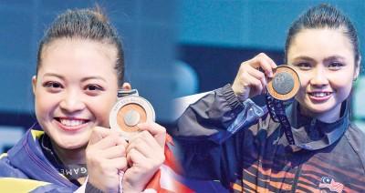 潘依嫣和罗莹婷各自展示获得的银牌。