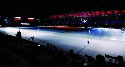 世大运开幕式场外出现群体抗议,导致会场内只剩举旗手的尴尬身影。