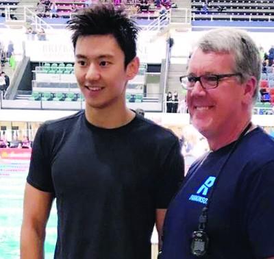 宁泽涛(左)与教练马特·布朗在赛后合影。