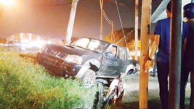 四轮驱动车撞及摩托车后齐掉入路边沟渠,骑士当场身亡。