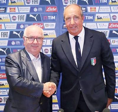 意大利足协主席塔维奇奥(左)欢迎主帅文图拉(右)继续领导意大利国家足球队。