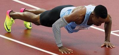 马卡瓦拉在跑道上做了五个俯卧撑。