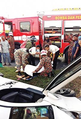脱拯员将死者从车里移出。