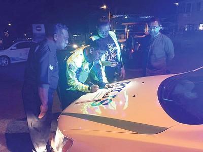 林桂亿(右)于现场等候交警就查案工作。