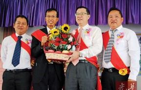 李添霖赠送水果篮予林冠英,由陈政松(左)及李章友(右)陪同。