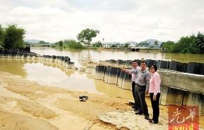 新兴的吉辇河河堤无故崩塌,孙意志促请水利局尽快维修,以免河水倒灌事件发生。