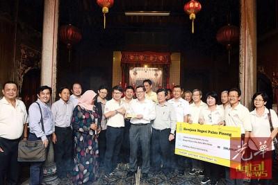 移交20万拨款予大伯公街福德祠仪式。