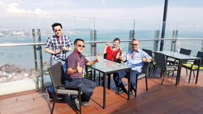 陈永丰(左2)在The Top客服经理萧董宝玲陪同下,与委员们到The Top进行评价。