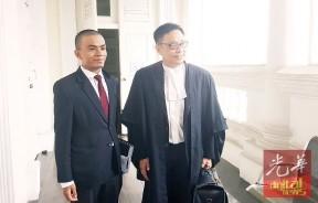 梁卓经与另一名代表律师尤索夫莫哈曼在今日案件结束后步出法庭。