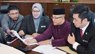 罗查理(右2起)、市政局秘书罗斯哈妮及市议员讨论即将推行的政策。