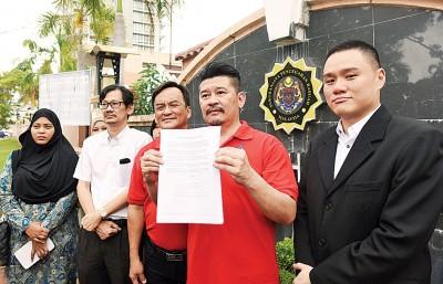 槟城前进党投报反贪会,右起陈志铨、黄家业、王松富、林致群、诺莎瓦妮。