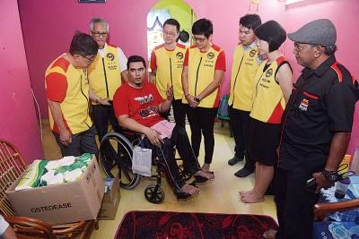 全民团结党一行人慰问因车祸瘫痪,生存对困境的哈迪尔旺。