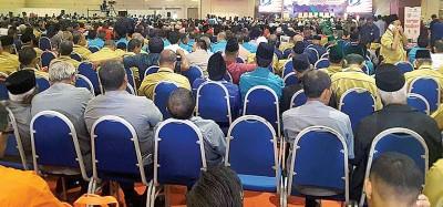 铺天盖地的村长由全国各州汇集吉隆坡聆听首相发表讲话。