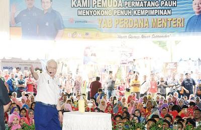 """首相号召峇东埔选民响应敦马和公正党""""再转变"""",来届大选转投国阵。"""