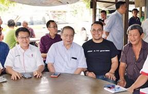 林吉祥(左3)到访双溪里武村视察民生;左起为伍薪荣、刘镇东、沈志强、陈新利及杨庆传。