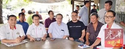 林吉祥(左3)到访双溪里武村视察民生;左起为伍薪荣、刘镇东、沈志强、陈新利以及杨庆传。