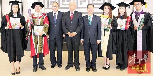 曹智雄(左3起)、陈祖排及蔡贤德与取得卓越成绩的毕业生合影。