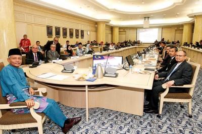 奥斯曼阿兹(左)以及43只有关单位参加农业商业化焦点讨论会议。
