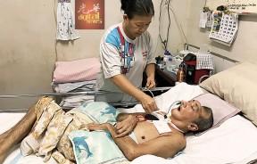 陈绣芝每天必须定时定候为丈夫抽痰,以免呼吸不顺畅。