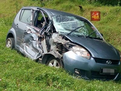 迈威轿车损坏不堪。