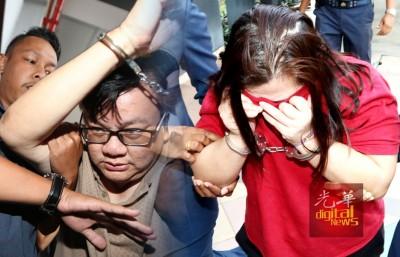 男女被告被押往法庭。